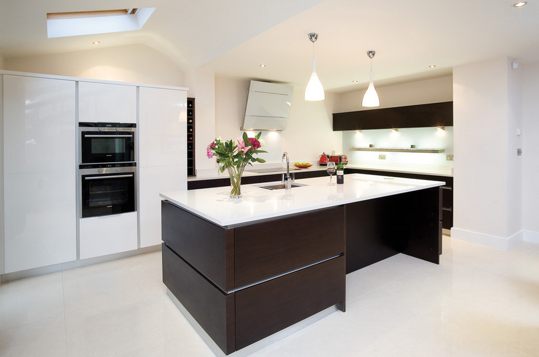 White Gloss Black Worktop Handleless Kitchen